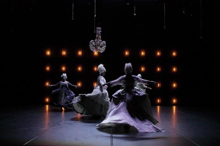 Encore danse contemporaine 2010 Femmes en costume baroque masquées